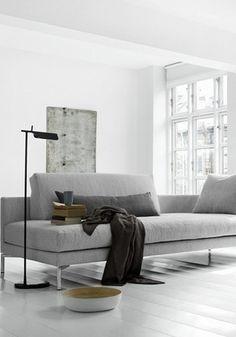 Mooi: witte muur, en grijs vlak erop. Mooi voorbeeld van een witte slaapkamer, met alleen wat grijze accenten.