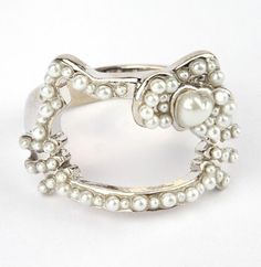 For some antique-style charm, add this faux pearl #HelloKitty ring to the ensemble...