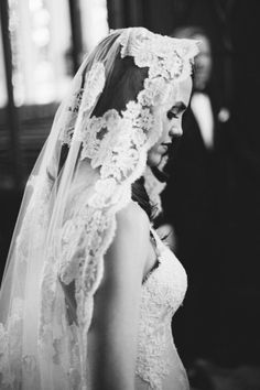 lace veil is so beautiful