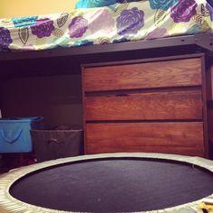 dorm room bedding ideas, mini trampolin, dorm room loft bed, dorm room lofted bed