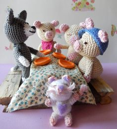 .....three pigs and wolf story and free pattern by Ami loves Gurumi  ♥