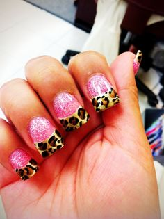 Love these sparkly pink nails with leopard tips <3