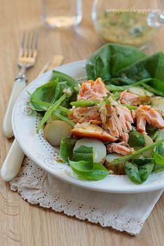 Sałatka z młodymi ziemniakami, łososiem i sosem koperkowo-musztardowym