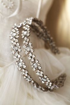 This vintage wedding headband is so gorgeous!