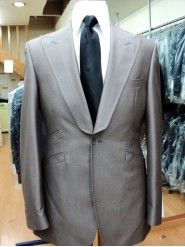 One button peak lapel jetted pocket suit