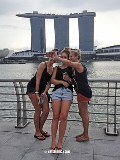 Marina Bay Sands hotel and 3 lady toerists creating a #selfie more photos http://instagram.com/mery71  #singapore trip #snapshots we all like to make #travel #photography pic.twitter.com/9AUWh9nrea