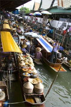 Wow traffic jam at the Floating Market in Thailand