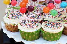 What FUN cupcakes! (I'm not a pretty cupcake decorator and so I LOVE this cute and colorful idea).