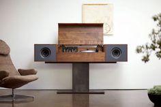 Belle installation design pour écouter de la musique: caisson en bois, dock ipod, multipistes... http://in.lesinrocks.com/high-tech/familles/blingbling/