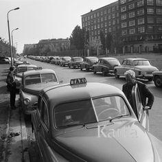 1968 Warsaw  1968, Warszawa, Polski. Postój taksówek na ulicy Terespolskiej. Fot. Jarosław Tarań, zbiory Ośrodka KARTA, kolekcja Jarosława Tarania, udostępniła Danuta Kszczot-Tarań.