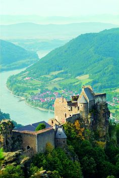 A stunning scenery of the Burg Aggstein in the Wachau wine region in Lower Austria. #loweraustria #castle #wachau #wineregion #river #mountain