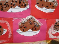 Voor de schaal een half taartrandje. De oliebollen van bruin rond papier, krenten van bruine propje crepe-paier en witte verf stempelen/spatten voor poedersuiker.