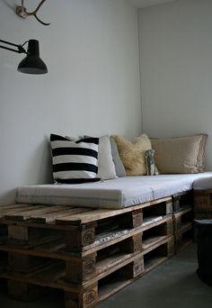 Home & Garden: Des palettes pour un canapé, could do to create a window seat?