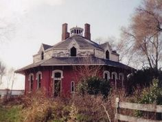 """A great Octagonal farmhouse; Circleville Ohio - Reminds me of """"The Cat Who..."""" books! Sadly, only Busia will get that."""