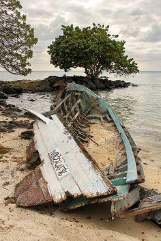 Boat wreck on the Mont Choisy, Mauritius beach by Reidl Rómeó, via Flickr