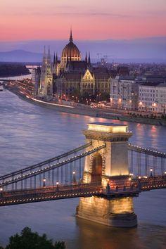 El puente de las cadenas y el Parlamento dornan el Danubio a su paso por Budapest