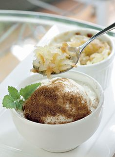 Ingredientes   300 g de coco fresco ralado fino;   3 ovos;   15 g de manteiga sem sal;   500 g de açúcar demerara.   Modo de fazer   Misture todos os ingredientes até obter uma massa homogênea.   Distribua a cocada por 8 ramequins (fôrmas refratárias próprias para suflê) de 6 cm de diâmetro. Não é necessário untar. Leve ao forno a 150 ºC por 30 minutos ou até dourar. Sirva quente.