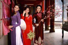 Trong trang phục áo dài truyền thống của Ngô Nhật Huy, ba người đẹp thả dáng thướt tha khi bước vào cổng chùa.