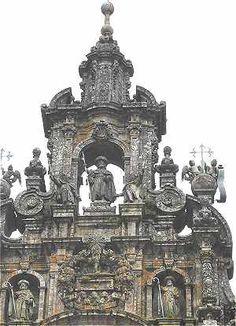 Façade de l'Obradoiro: statues de Saint Jacques, Saint Théodore et Saint Athanase A mi-hauteur entre les deux tours une statue représente l'apôtre Saint Jacques en tenue de pélerin, en dessous une chasse représente sa tombe et sur les côtés sont placées des statues de deux de ses disciples: Saint Théodore et Saint Athanase.