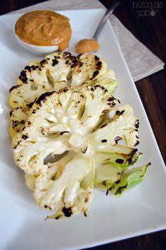 Filetes de coliflor a la parrilla con salsa de cacahuate