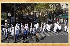 Paris is a city where you see everything!  I was on top of a bus (those that have 2 floors) when I saw the scene pictured above: a lot of chefs crossing the street right in front of the Cafe de la Paix and they seemed very happy.