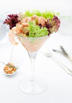 Coctel de Camarón, delicioso aperitivo que consiste en camarones ecuatorianos acompañado de trocitos de palta y choclo peruano, en salsa golf con un toque de picor. Nivel de picante bajo.