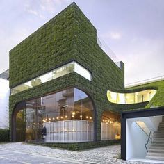 Here we have the green shop of the Belgian designer Ann Demeulemeester, a project by architect Minsuk Cho. The building is covered with real grass and plants.