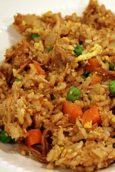 Yum! This original Skinny Mom, Skinny Chicken Fried Rice recipe! Is HEALTHY chinese food! RE-pin for when your craving chinese food but dont want to sabotage your waist line!