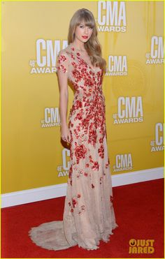 Taylor is wearing a Jenny Packham gown, Jimmy Choo shoes, and Neil Lane Jewelry (nov 2012)