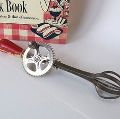 LOVE vintage kitchen tools.  =D