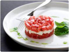 """""""TARTAR"""" DE TOMATE Y MOZZARELLA (Tomato mozzarella stack) #recetas #recipes buffalo, balls, food, salad stack, chives, mozzarella stack, healthi recip, basil, tomato mozzarella"""