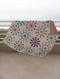 Love the modern take on this Dresden plate quilt!