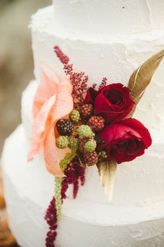 cake flowers // photo by Jessica White Photography // http://ruffledblog.com/glittery-thanksgiving-wedding-ideas
