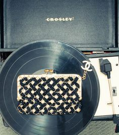 Chanel clutch. Black and white. // Picture from The Covetour