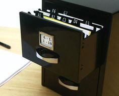 Mini fichero metálico con 2 cajones para tarjetas personales o para guardar cosas. Incluye índice alfabético. Medidas 12x16x13cm. Disponibles en rojo, blanco y negro. $150 (pesos argentinos) CaprichosElementales@gmail.com