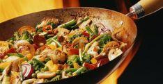 ¿Tienes mucha hambre y no sabes qué comer?  Pollo con verduras será el almuerzo de hoy..