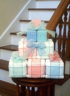 Regalo y centro de mesa para un baby shower que se puede hacer con mantas o toallas que parezcan bloques.