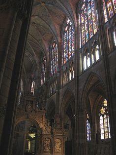 Interior de la Catedral de León donde se pueden apreciar gran cantidad de vitrales que le dan lucidez y vida al lugar.