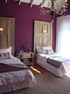 Respaldos de cama originales. wall colors, salvaged doors, door headboards, paint colors, old doors, guest rooms, purple bedrooms, accent walls, girl rooms