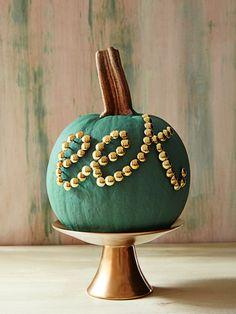 Create an easy #pumpkin message with thumbtacks - #FallDIY ~ @bystephanielynn