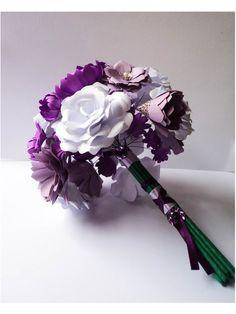 Bouquet de flores feitas com papel para scrapbook.  As flores recortadas e moldadas á mão uma a uma são presas á arames encapados. Acabamento do miolo das flores feito com imitação de pérolas e metais cromados.  Escolha as espécies de flores, as cores e o tipo de acabamento (pérolas,cristais, metal, etc). Produto totalmente personalizado.  O papel para scrapbook é um papel mais grosso e resistente à umidade e luminosidade do ambiente. A durabilidade média de um bouquet como este - quando guar...