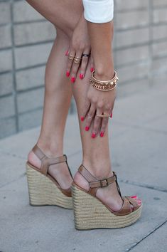 Wedges wedges steve madden, tan wedges, simple wedges, accessori, tan summer wedges, red nails, a pair of neutral wedges, arm candies, shoe
