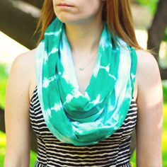 Learn how to create and Tie-Dye your own infinity scarf with this tutorial!