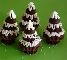 Peanut Butter Cup Christmas Trees: #Christmas #Holidays cup, tree trunks, candi, white chocolate, hershey kisses, gingerbread houses, snack, peanut butter, christmas trees