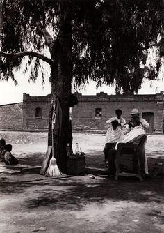 Lola Alvarez Bravo - Peluqueria con paisaje 1950