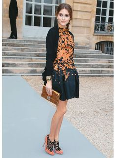 O cardigã deu ar despojado ao vestido de Olivia Palermo. | Foto: Getty