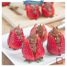Quer uma sugestão de sobremesa para esta quinta? Experimente servir morangos com ganache (mistura cremosa de chocolate e creme de leite), todos irão amar!