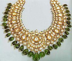 Collar de oro, diamantes, esmeraldas y perlas, que perteneció a una princesa india.  Siglo XIX.