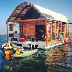 houseboat/boathouse.