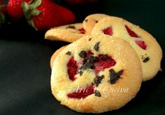 Biscotti morbidi con fragole e cioccolato